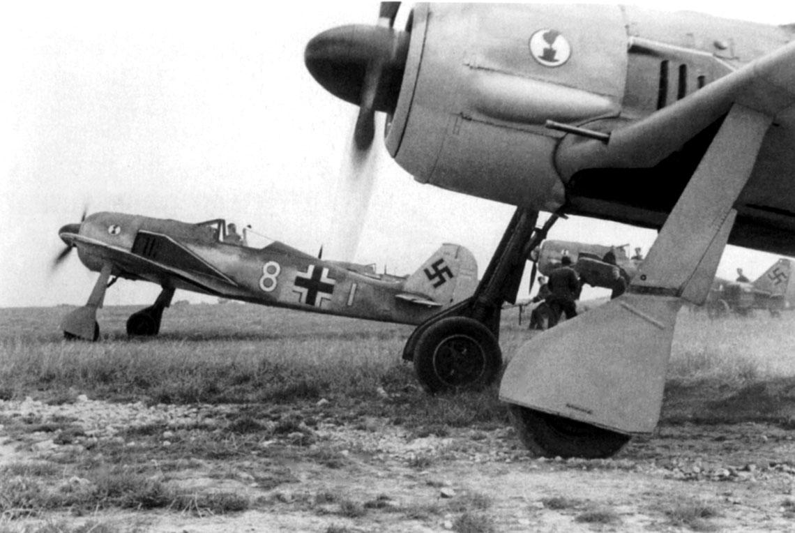"""Samoloty myśliwskie Fw 190 A-2 należące do 7./JG 2 podczas alarmowego startu, samolot """"biała 8"""" pilotuje Lt. Jacob Augustin."""