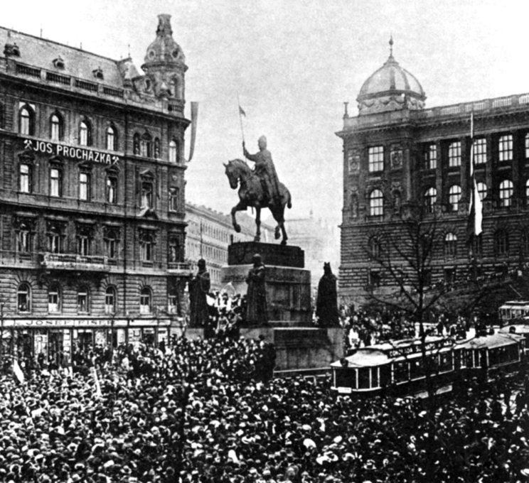 28 października 1918 r. to dzień, który Czesi święcą jako dzień niepodległości. Demonstracja na placu Wacława – Václavské náměstí – w Pradze. Na pomniku Wacław I Święty (907-935), patron Czech (i Polski).