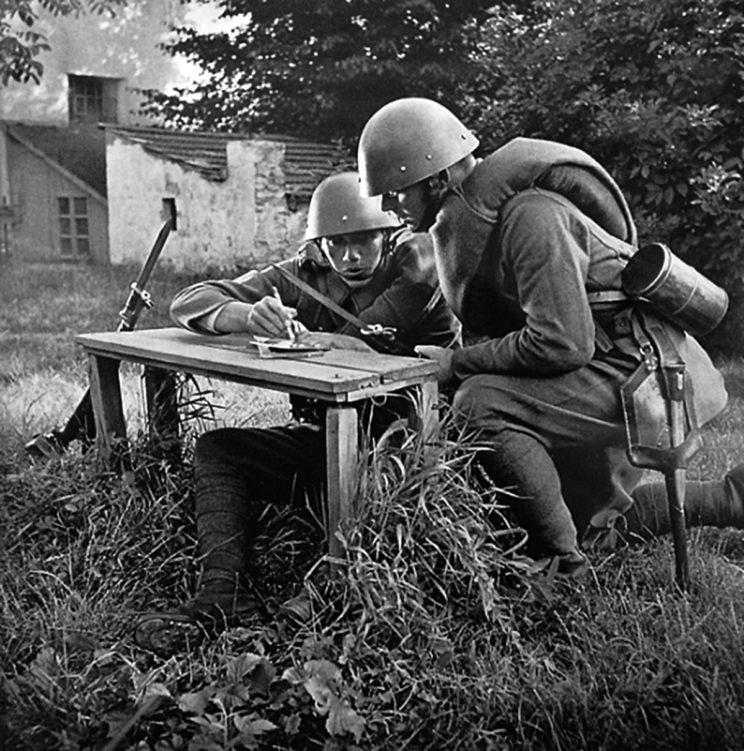 Żołnierze czechosłowaccy z karabinami vz. 24. Założone bagnety wskazują, ze zdjęcie jest pozowane.