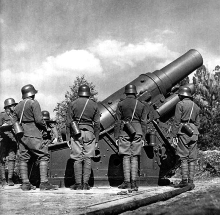 Artyleria najcięższa: ciężki moździerz wz. 16 kalibru 30,5 cm pochodził z arsenałów armii austriacko-węgierskiej, podobnie jak i hełmy artylerzystów.