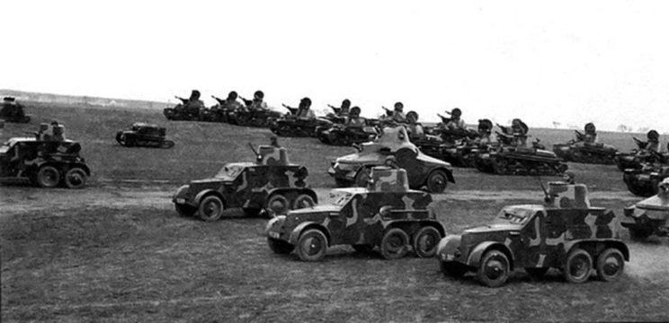 Czechosłowacka broń pancerna: samochody pancerne dwóch typów, tankietki oraz czołgi lekkie.