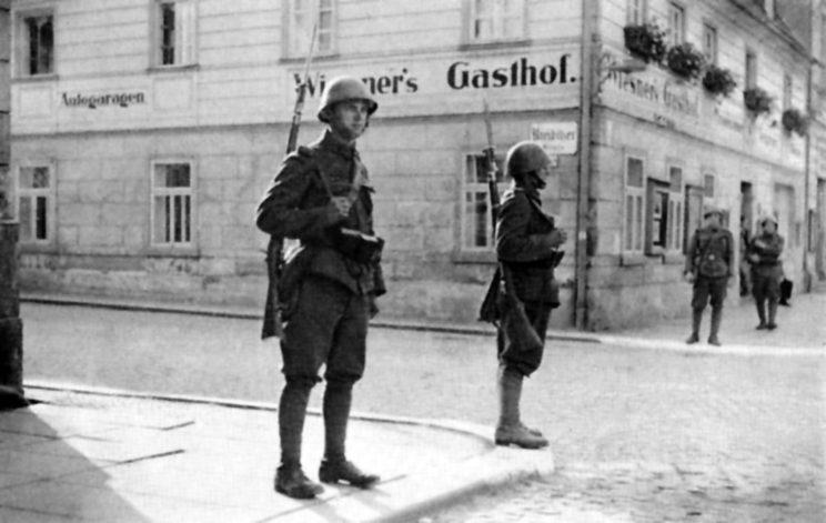 """Czechosłowacki patrol na ulicach miasta Krásná Lípa (niem. Schönlinde). Niemcy liczyli tam 97% ludności, a jedynie 200 """"Czechosłowaków"""" stanowili przyjezdni urzędnicy państwowi."""