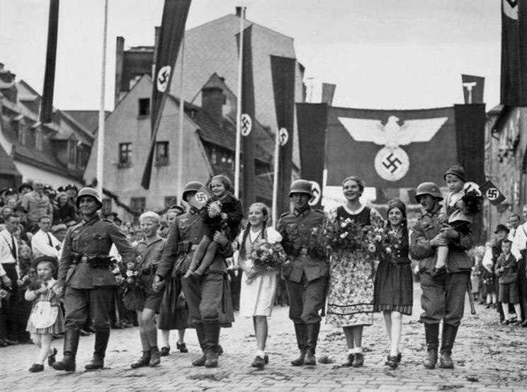 """Wehrmacht wkracza do miasta Aš (Asch) opanowanego przez Niemców sudeckich, którego nie zdołali odzyskać Czesi. Na 22 930 mieszkańców jedynie 290 było """"Czechosłowakami""""."""