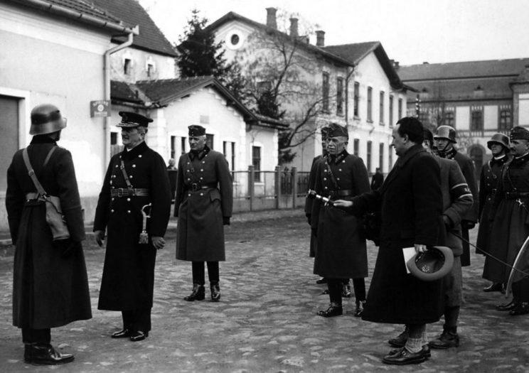 Mukaczewo, 18 marca 1939 r.: Admirał Horthy przyjmuje meldunek o zakończeniu wojny ze Słowacją.
