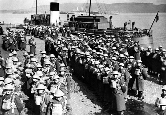 Brytyjskie wojska ładują się na statki transportowe w Gourock w Szkocji; 20 kwietnia 1940 r. Wielka Brytania skierowała do Norwegii dwie regularne brygady piechoty i dwie słabo przygotowane i wyposażone terytorialne brygady piechoty.