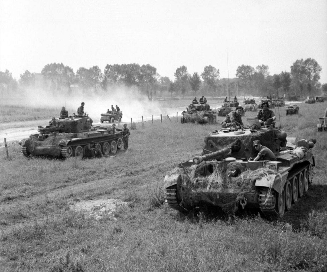 """Cromwelle z 7th Armd Div. """"Desert Rats""""; pierwszy dzień operacji """"Goodwood"""", 18 lipca 1944 r. Problem z pojazdami tego typu polegał m.in. natym, że swoją kanciastą sylwetką przypominały czołgi niemieckie, dlatego zdarzały się tragiczne w skutkach pomyłki."""