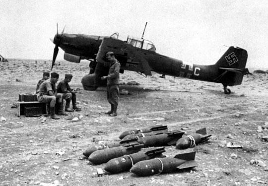 Pierwsze Ju 87 B-2/trop, które dotarły do Północnej Afryki malowane były w standardowe kolory europejskiego kamuflażu RLM 70/71/65.