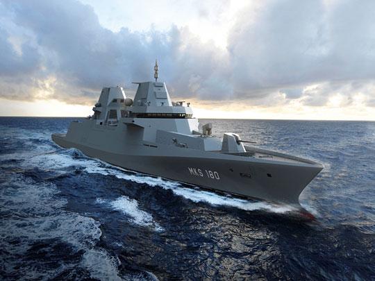 """Niemcy nie zwalniają tempa. Trwa wprowadzanie do służby ekspedycyjnych fregat typu F125, ajuż ważą się losy kolejnego modelu – MKS180. Akronim oznaczający """"wielozadaniowy okręt bojowy"""" jest zapewne tylko polityczną przykrywką dla uzasadnienia zakupu serii jednostek, których wyporność może sięgnąć nawet 9000 ton. To już nawet nie fregaty, lecz niszczyciele, awkażdym razie propozycja dla zamożnych. Wpolskich warunkach jednostki znacznie mniejsze mogłyby odmienić oblicze MW RP, awraz ztym naszej polityki morskiej."""