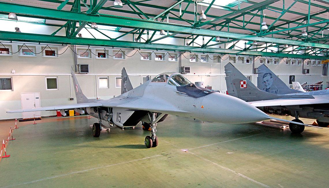 """MiG-29 (M) nr 115 – pierwszy samolot zzamontowanym nowym systemem rozpoznania """"swój–obcy"""" standardu Mark XIIA whangarze Grupy Startowej WZL nr 2 S.A. wBydgoszczy wtrakcie przygotowań do lotu."""