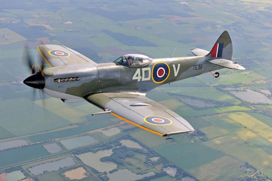 Współcześnie zachowany egzemplarz Spitfire XVIE w locie. Samolot należy do Battle of Britain Memorial Flight, nosząc oznaczenie 74. Dywizjonu RAF.