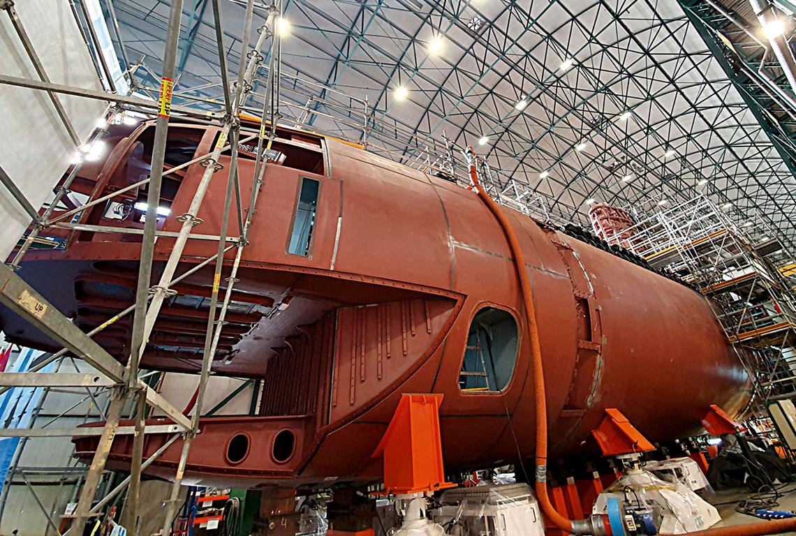 """Zamknięcie kadłuba mocnego okrętu podwodnego Isaac Peral oznacza przejście do finalnej fazy montażu jednostki whali. Wszystkie podzespoły wielkogabarytowe są już na swoich miejscach. Jesienią ma nastąpić wodowanie jednostki, której budowa musiała być rozpoczęta niemal od podstaw, po stwierdzeniu poważnych błędów projektowych. Problemy jednak przezwyciężono iobecnie program """"wrócił na tory""""."""