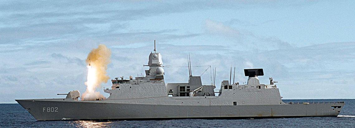 Odpowiednio wyposażona iuzbrojona fregata mogłaby stanowić istotny, ruchomy komponent zintegrowanego systemu obrony przeciwlotniczej naszego kraju. Niestety, wPolsce idea ta nie znalazła zrozumienia upolitycznych decydentów, którzy postawili na zakupy konwencjonalnych, niemobilnych systemów lądowych odziałaniu sektorowym. Aprzecież takie okręty mogłyby posłużyć nie tylko do zwalczania celów powietrznych w czasie konfliktu – oczywiście, oile przyjmiemy, że militarna rola Marynarki Wojennej sprowadzająca się do obrony naszego terytorium przed agresją od strony morza nie jest jej jedynym raison d'être. Na zdjęciu holenderska fregata przeciwlotnicza idowodzenia De Zeven Provinciën typu LCF odpala pocisk przeciwlotniczy średniego zasięgu SM-2 Block IIIA.