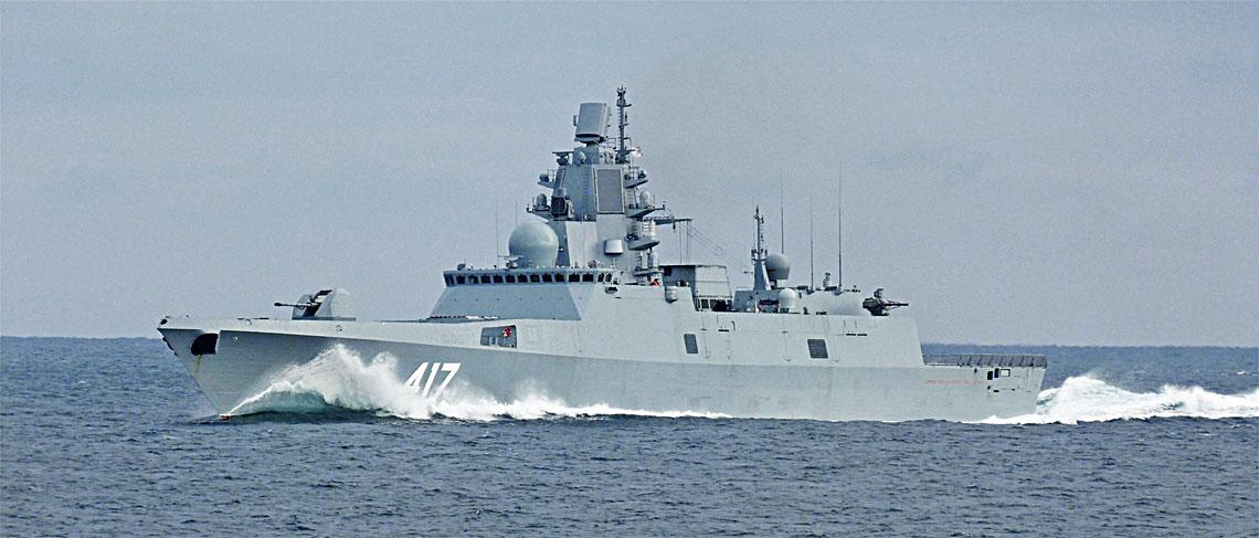 """Fregata Admirał Fłota Sowietskowo Sojuza Gorszkow idzie z dużą prędkością podczas początkowego etapu prób morskich. Jakby nie oceniać tych jednostek, trzeba przyznać, że rosyjskim konstruktorom udało się zaprojektować naprawdę piękne okręty, w pełni zasługujące na miano """"chartów oceanu""""."""