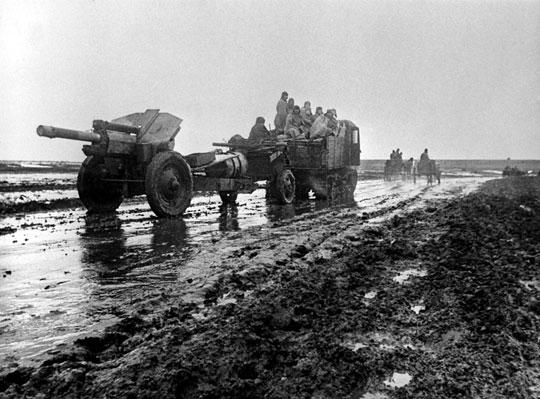 Ciągnik artyleryjski STZ-5 holuje 122 mm haubicę M-30; rejon Nikopolu, styczeń 1944 r.