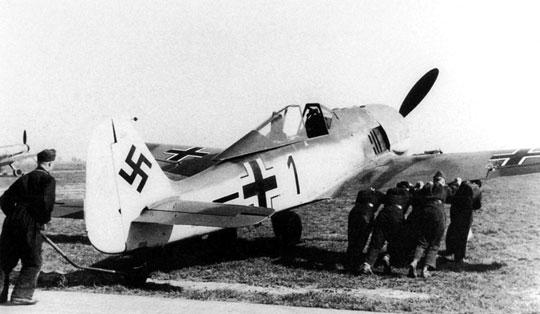 """Fw 190 A-2, W.Nr. 0269, """"czarna 1"""" zestrzelony przez Spitfire z 91 dywizjonu RAF w dniu 26 lipca 1942 r., pilot samolotu, Lt. Horst-Benno Krüger z 5./JG 2 został ranny i dostał się do niewoli."""