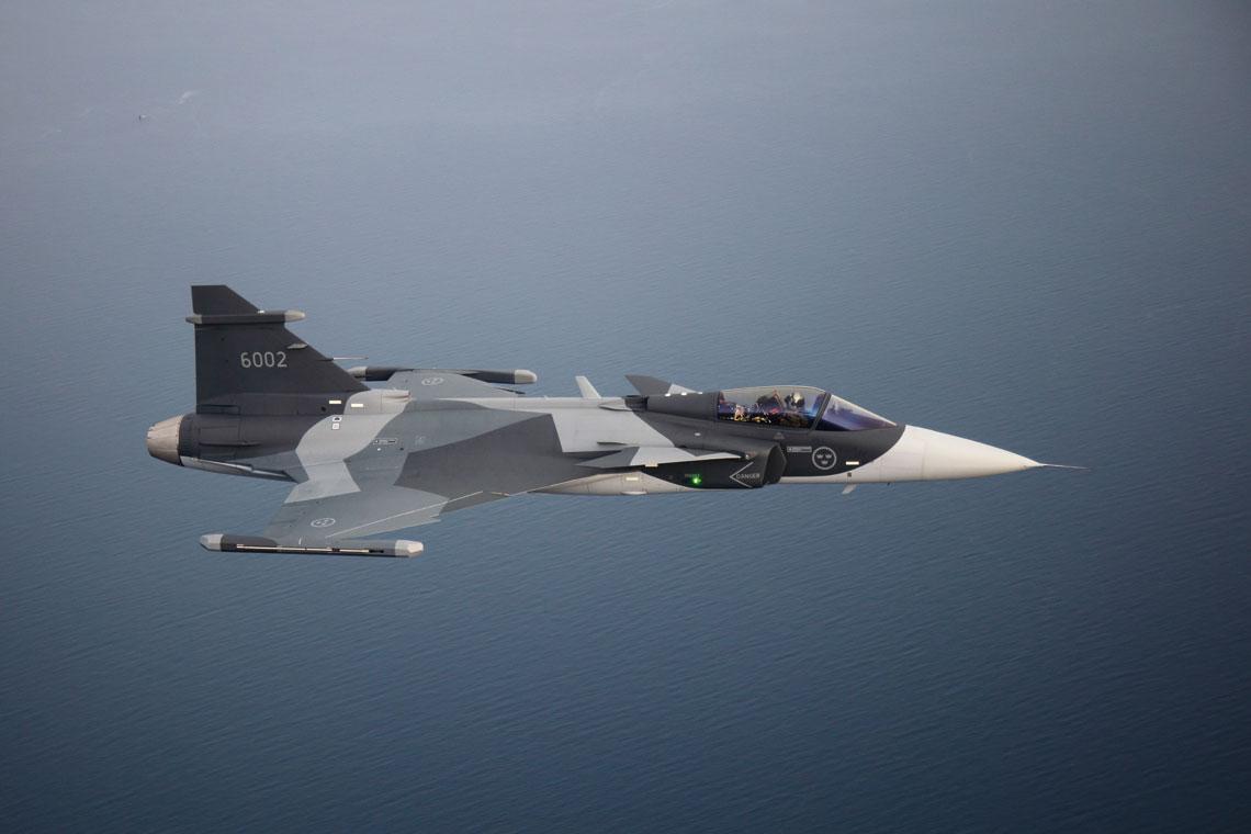Pierwszy seryjny Gripen E dla szwedzkich Sił Powietrznych (nr ser. 396002; nr ewid. Flygvapnet 6002) został oblatany 30 listopada 2019 r. przez Henrika Wänsetha. Szwecja zamówiła 60 jednomiejscowych Gripenów E.