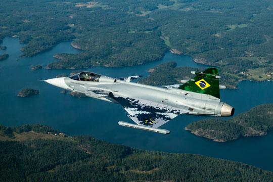 Pierwszy Gripen E dla Brazylii (396001; nr ewid. FAB 4100) został oblatany 26 sierpnia 2019 r. Jego uroczysty roll-out i formalne przekazanie FAB nastąpiło 10 września. Brazylia kupiła 36 Gripenów, w tym 28 jedno- i osiem dwumiejscowych.