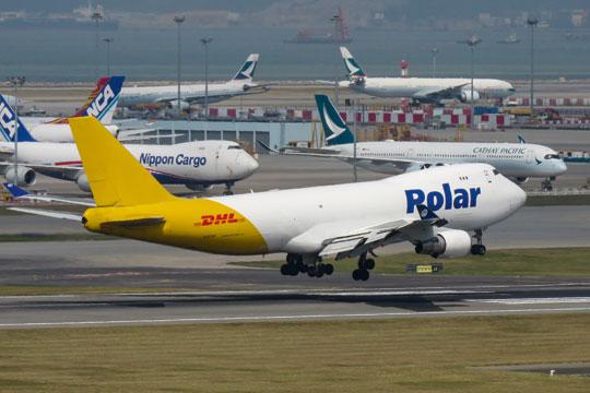 Największym towarowym portem lotniczym na świecie jest Hongkong, który obsłużył 4,81 mln ton. W regularnym ruchu obsługuje 40 przewoźników cargo, w tym Cathay Pacific Cargo, Cargolux, DHL Aviation i UPS Airlines.
