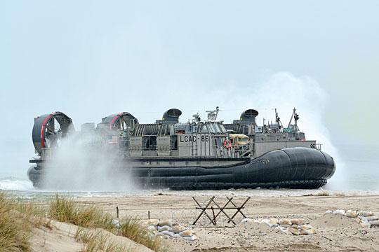 """Poduszkowce typu LCAC gościły również wPolsce. Na zdjęciu LCAC-86 typu LCAC Mk2 podchodzi do plaży Centralnego Poligonu Sił Powietrznych wUstce w trakcie manewrów """"BALTOPS 2016"""". Jest on podporządkowany ACU4 zLittle Creek, ana czas ćwiczeń korzystał zdoku USS Carter Hall (LSD50) typu Harpers Ferry."""