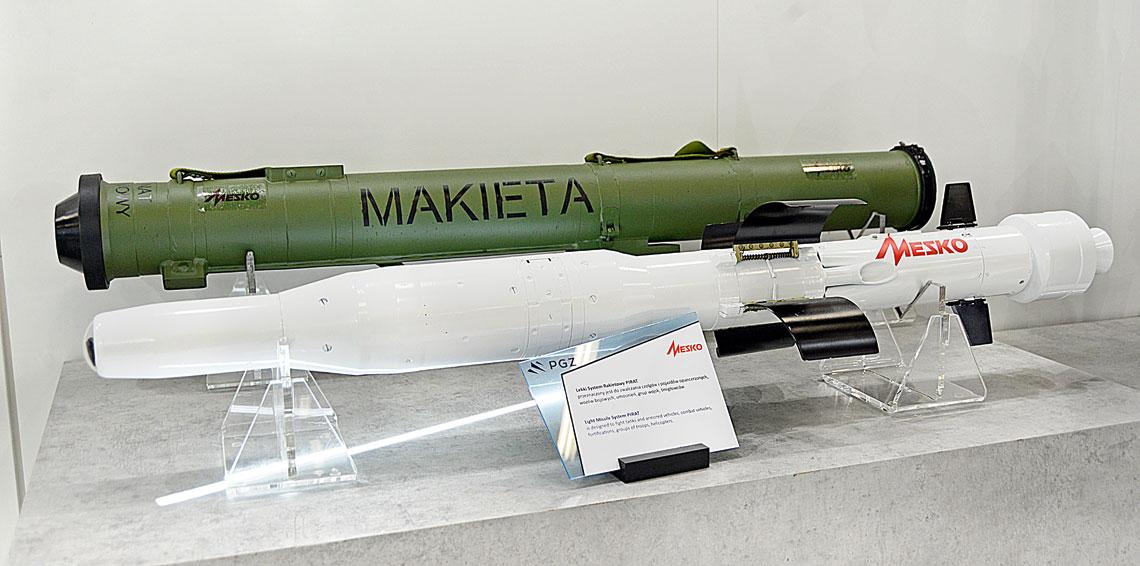Makiety przeciwpancernego pocisku Pirat i jego pojemnika transportowo-startowego wystawione na stoisku MESKO S.A. podczas ubiegłorocznego kieleckiego MSPO.