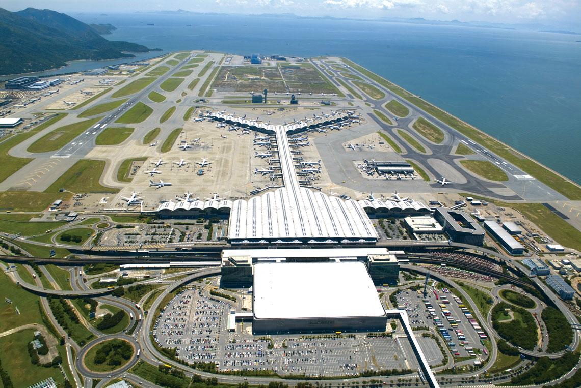 Port lotniczy w Hongkongu został zbudowany na sztucznej wyspie o powierzchni 1255 ha, powstałej po niwelacji dwóch przyległych: Chek Lap Kok i Lam Chau. Budowa trwała sześć lat, a jej koszt wyniósł 20 miliardów dolarów.
