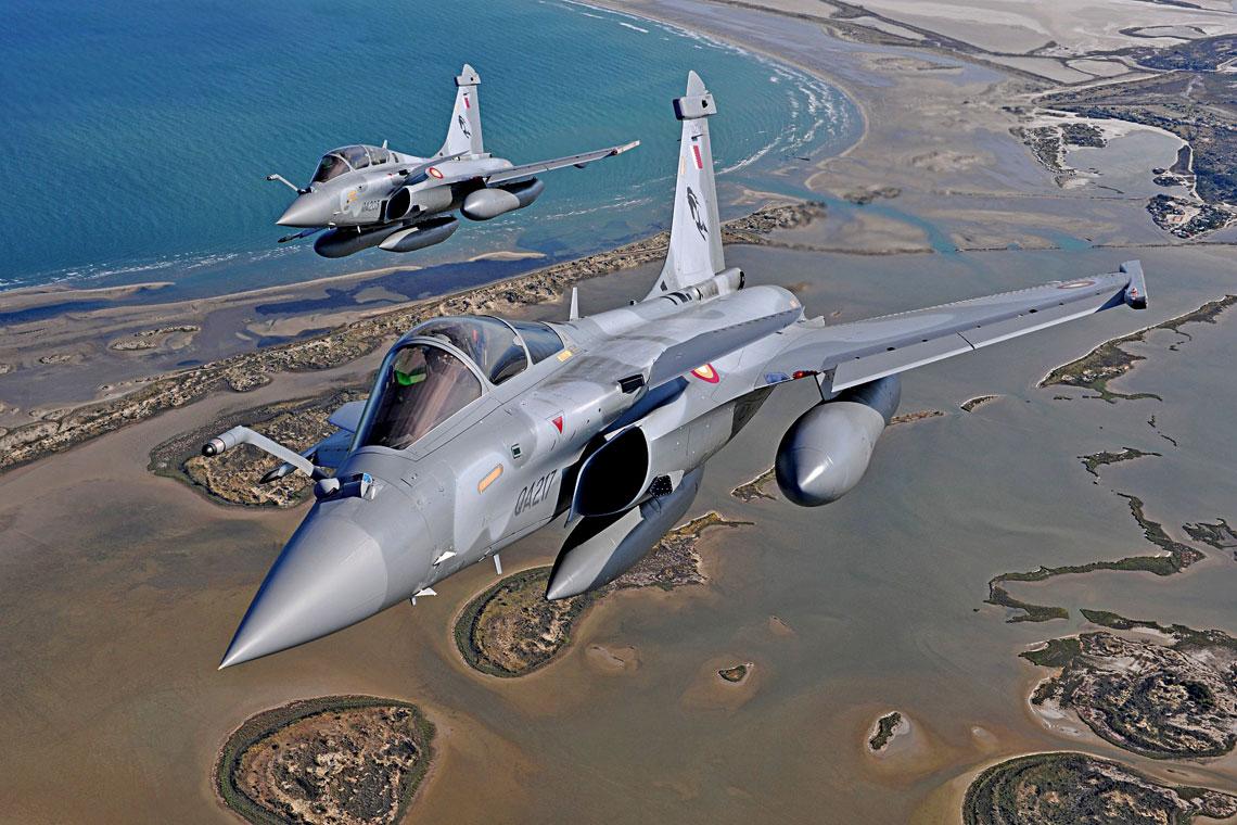 Para Rafale w locie nad terytorium Kataru – na pierwszym planie jednomiejscowy QA217, wtle maszyna dwumiejscowa.