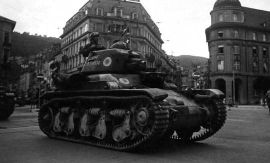 Renault R35 stanowił podstawowy sprzęt francuskich samodzielnych batalionów przydzielanych armiom do wsparcia piechoty. Czołg ten był dość powolny i słabo uzbrojony – w krótkolufową armatę kal. 37 mm.