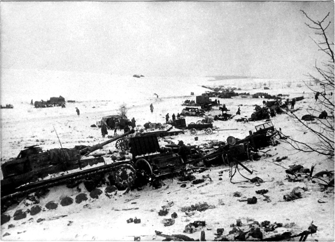 Sowieccy żołnierze oglądają niemiecki sprzęt zniszczony w bitwie pod Korsuniem Szewczenkowskim.