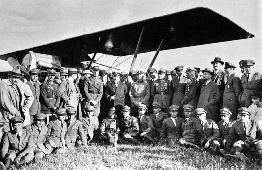 Wizyta polskich lotników na czele z dowódcą lotnictwa pułkownikiem (od 1934 r. – generałem brygady) inżynierem pilotem Ludomiłem Rayskim w Bułgarii; Sofia, lotnisko Bożuriszte, 1928 r.