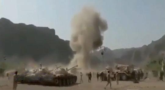 Atak na obóz wojskowy Sahn al-Jin w Jemenie 26maja br. Wygląda, że użyto pocisku Badr-1-P, który uderzył przy trybunie honorowej (ledwo widoczna w dymie)! Badr-1-P ma dobrą celność mimo prostej konstrukcji.