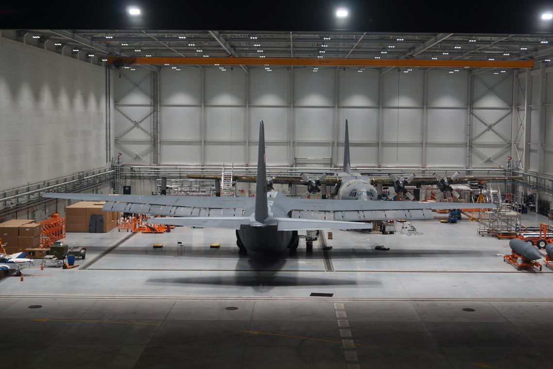Hangar obsługowo--malarski pozwala na prowadzenie prac obsługowych jednocześnie przy dwóch C-130. Taka przestrzeń umożliwia również realizację zadań dodatkowych, co ma szczególne znaczenie w obliczu planowanego pozyskania kolejnych samolotów tego typu.