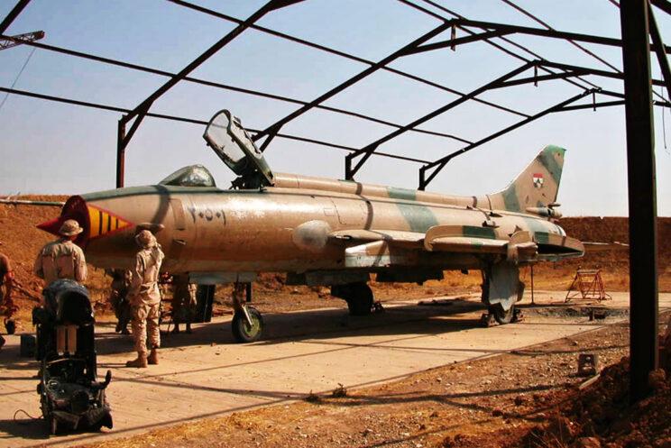 Zdekompletowany samolot myśliwsko-bombowy Su-20 zdobyty przez amerykańskich żołnierzy wjednej z baz lotniczych na terenie Iraku w2003 r.