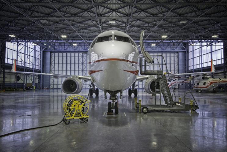 Podest serwisowy MAU przy statku powietrznym Boeing 737-800. Fot.: WCBKT S.A.