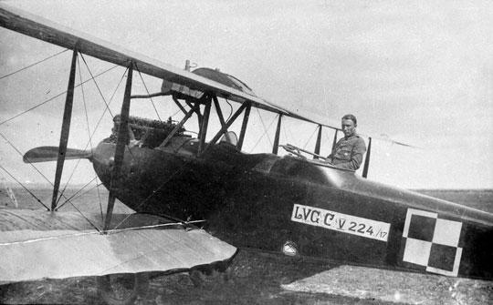 Samolot wywiadowczy LVG C.V o numerze Stacji Lotniczej Ławica 224/17. Wkabinie obserwatora ppor. pil. Stanisław Nazarkiewicz (1896-1994). Lotnik był weteranem armii austro-węgierskiej. Wniepodległej Polsce został przeszkolony na pilota. W1920r. w składzie 17. EW brał udział w wojnie polsko-bolszewickiej. Odznaczony Krzyżem Walecznych. Samolot po zakończeniu działań wojennych był eksploatowany w6. i17. EW.