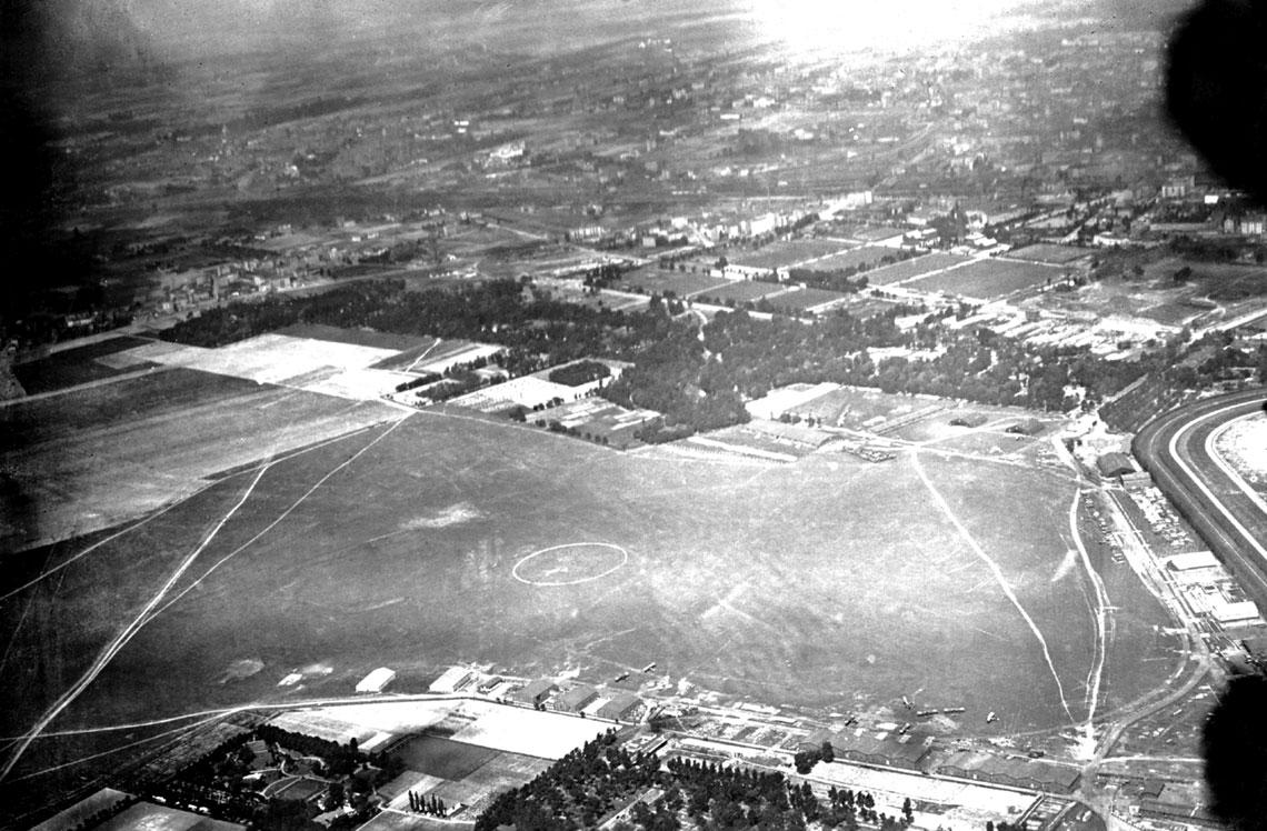 Lotnisko Mokotowskie w 1920 r. Podczas bitwy warszawskiej stacjonowała tu większość sił lotnictwa Wojska Polskiego i mieściły się Centralne Warsztaty Lotnicze. U dołu zdjęcia hangary lotniska wojskowego od strony ul. Rakowieckiej, widoczne m.in. samoloty Bréguet XIV.