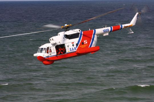 Dwa przebudowane do wersji ratowniczej śmigłowce Mi-14PŁ/R rozpoczęły służbę wlatach 2010-2011, wzmacniając siły SAR na kolejną dekadę. Widoczna zewnętrzna wciągarka oraz osłona radaru Buran na nosie. Fot. MR