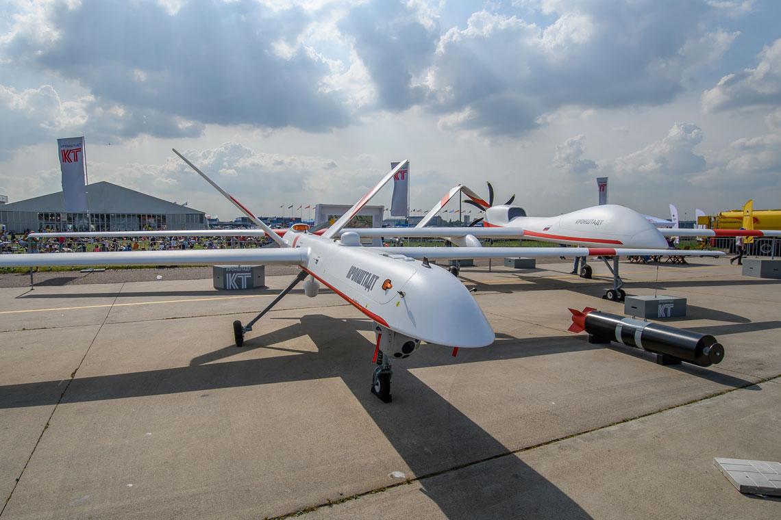 Samolot Orion, awgłębi makieta większego Syriusza; firma Kronsztadt uważa, że 5-tonowy Syriusz optymalnie łączy niewielkie koszty iwiększy niż uOriona zestaw wyposażenia iuzbrojenia.