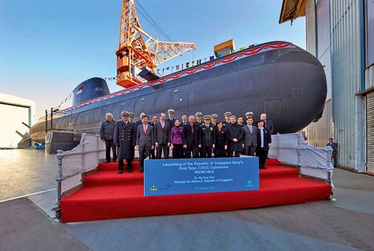 Singapur rozbudowuje potencjał swych sił podwodnych poprzez zakup w Niemczech czterech okrętów typu 218SG. Na zdjęciu uroczysta prezentacja pierwszego okrętu tej serii – RSS Invincible.