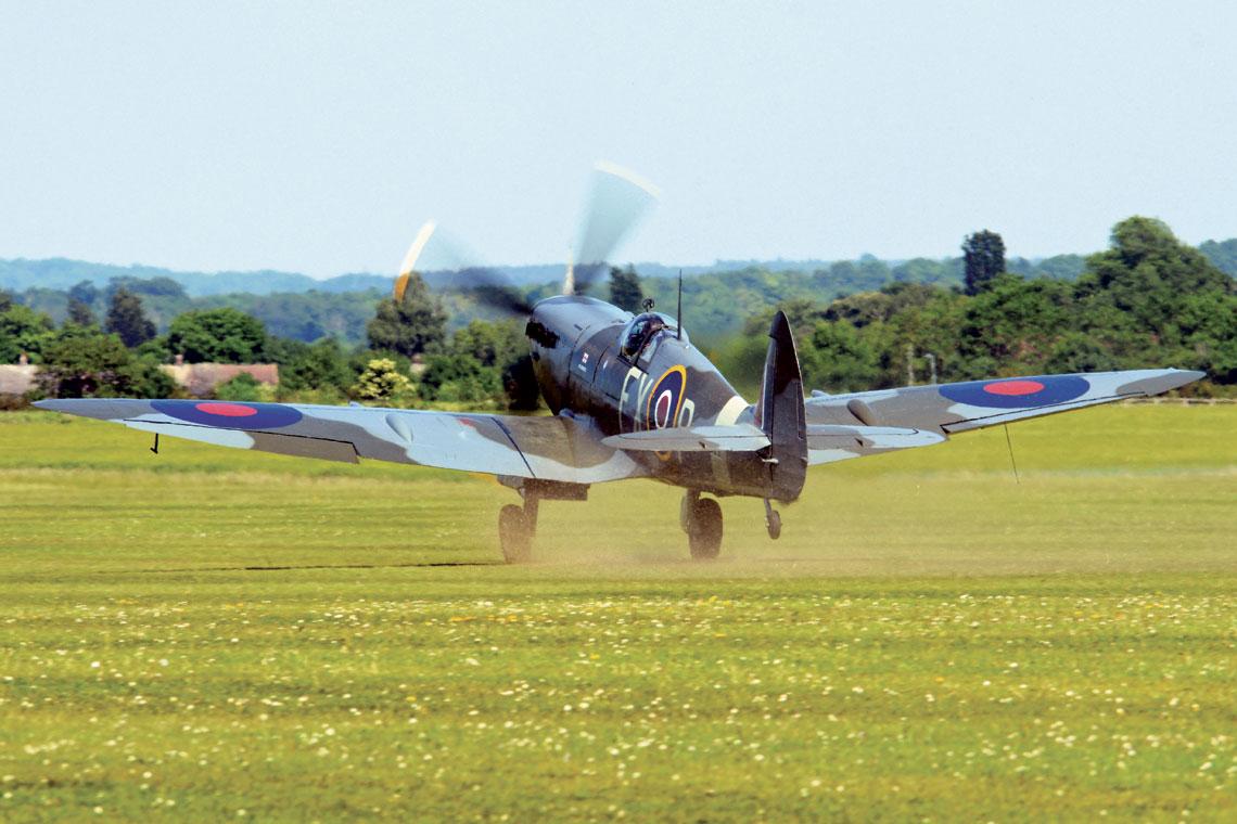 Spitfire był jedynym myśliwcem produkowanym w Wielkiej Brytanii nieprzerwanie przez całą drugą wojnę światową. Został zbudowany w większej liczbie niż jakikolwiek inny samolot brytyjski. Na zdjęciu Spitfire HF IXE, TD314, FX-P.