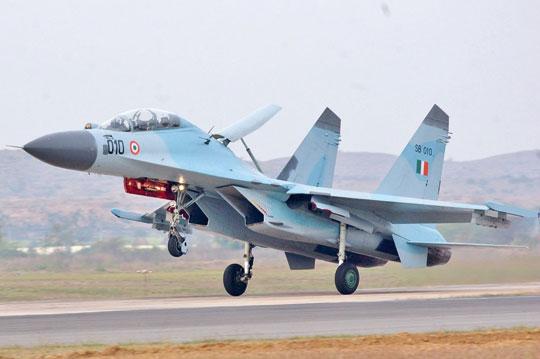 """Su-30K (SB010) z No. 24 Squadron """"Hawks"""" podczas ćwiczeń """"Cope India"""" w 2004 r. W 1996 i 1998 r. Hindusi kupili 18 Su-30K. Samoloty zostały wycofane ze służby w 2006 r., a w następnym roku zastąpione przez 16 Su-30MKI."""