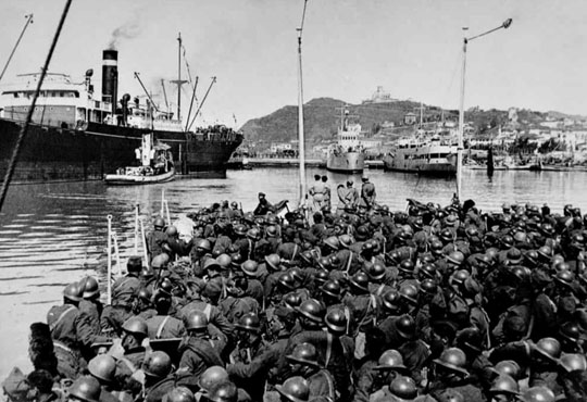 Włoska inwazja na Albanię zaczęła się wcześnie rano 7 kwietnia 1939 r. i skończyła zajęciem kraju następnego dnia. Na zdjęciu wyładunek Bersalierów w albańskim porcie Wlora.