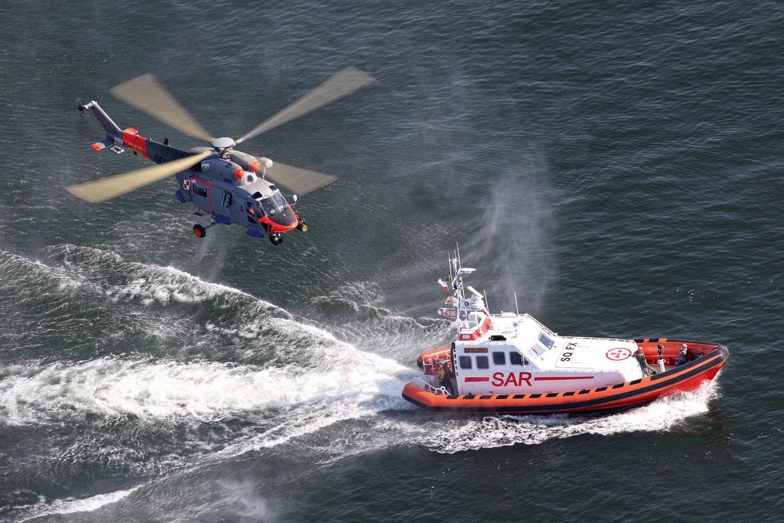 Zmodernizowane W-3WARM Anakonda stanowią obecnie podstawowy typ śmigłowców ratowniczych Lotnictwa Marynarki Wojennej. Na zdjęciu ćwiczenia we współpracy ze statkiem SAR 1500 Tajfun Morskiej Służby Poszukiwawczo-Ratowniczej. Fot. BB