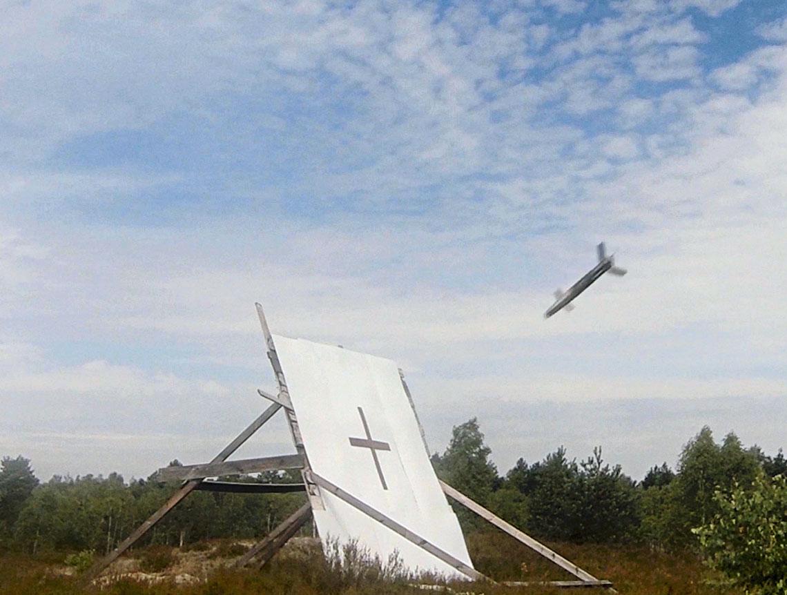 Prototypowy pocisk APR 155 tuż przed uderzeniem wtarczę podczas próby 16lipca 2020r. (po lewej) itarcza zwidocznymi dziurami wybitymi przez pociski. Ich odległość wstosunku do przecięcia ramion krzyża (nieco uszkodzonego przez uderzenia pocisków) na tarczy daje pojęcie oprecyzji trafienia.