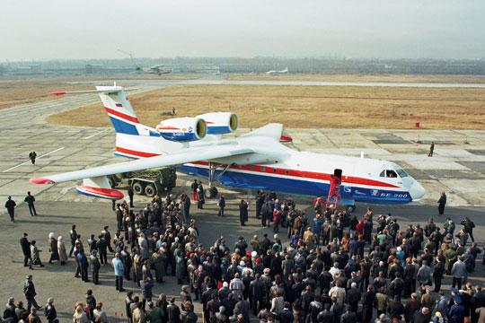 Pierwszy Be-200 wczasie prezentacji na lotnisku zakładu wIrkucku jesienią 1998 r., w kilka tygodni po rozpoczęciu prób. Obecnie ten egzemplarz już nie lata.