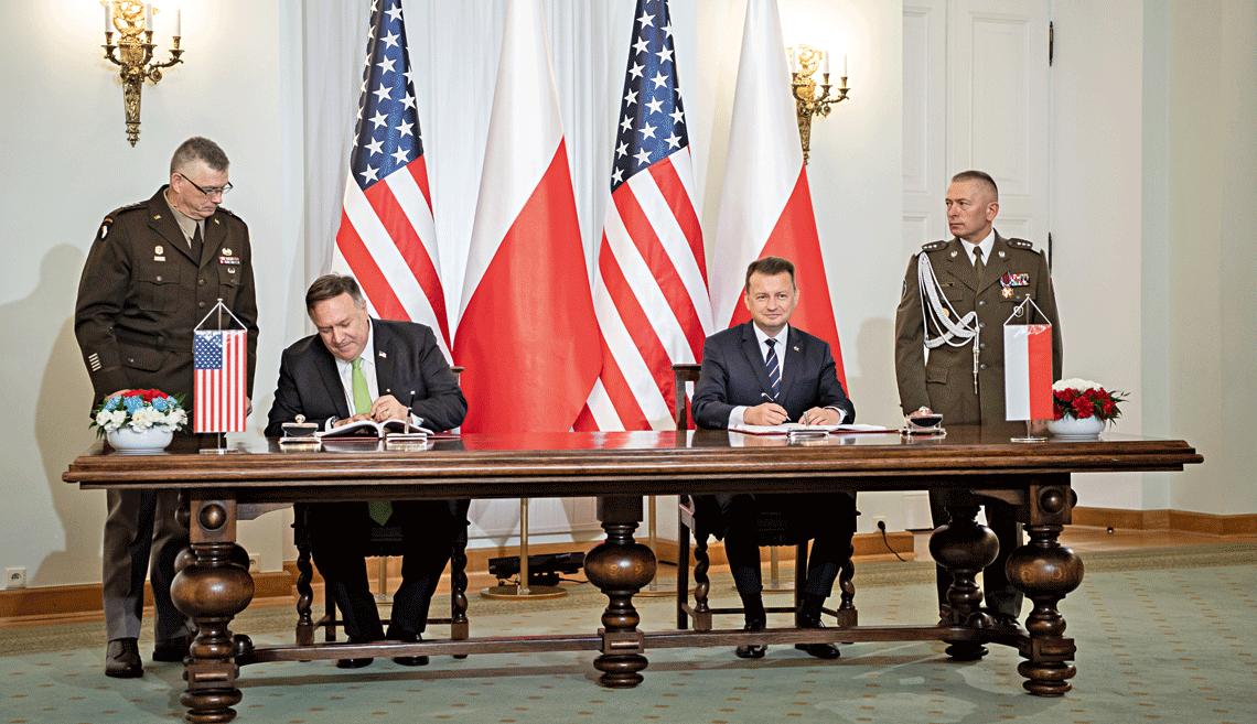 Sekretarz stanu Stanów Zjednoczonych Michael Pompeo (z lewej) i minister obrony narodowej Mariusz Błaszczak podczas uroczystego podpisania umowy EDCA 15 sierpnia 2020 r.