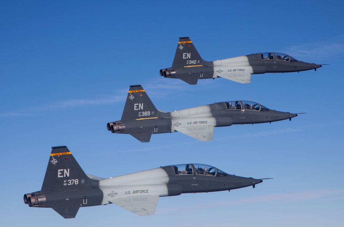 ENJJPT jest unikalnym programem, ponieważ szkoli się tu instruktorów lotniczych na własne potrzeby, nadając uprawnienia instruktorskie rocznie 75 pilotom.