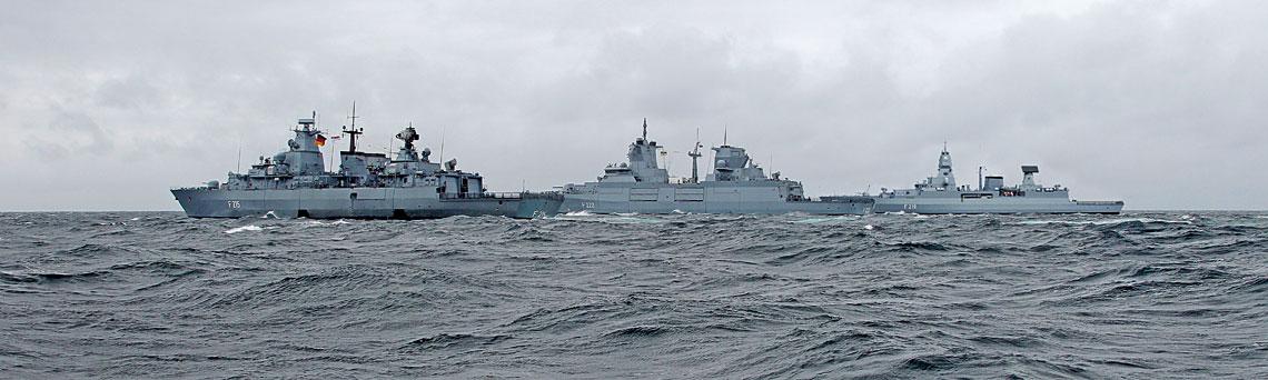 Ewolucja fregat Deutsche Marine to jednocześnie rozwój technologii projektowania ibudowy okrętów znany jako MEKO. Zdjęcie przedstawia trzy generacje okrętów tej klasy służących pod niemiecką banderą. Na pierwszym planie prototyp serii F123 – Brandenburg, za nim Baden-Württemberg, pierwsza znajnowszych fregat ekspedycyjnych typu F125 iSachsen, także otwierająca swój typ 124. Ich cechą wspólną jest zastosowanie nowoczesnych systemów walki dopasowanych do potrzeb zamawiającego, jak też wzmocniona konstrukcja, zawierająca m.in. wzdłużniki tunelowe usztywniające kadłub.