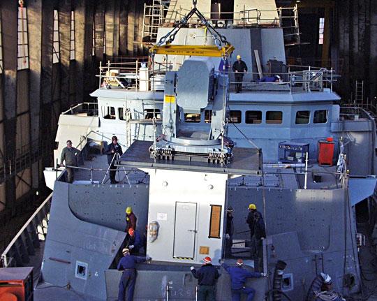 Wpraktyce wygląda to tak jak na zdjęciu przedstawiającym montaż modułu uzbrojenia (tu wyrzutnia Mk49 systemu RAM) na fregacie typu F124.