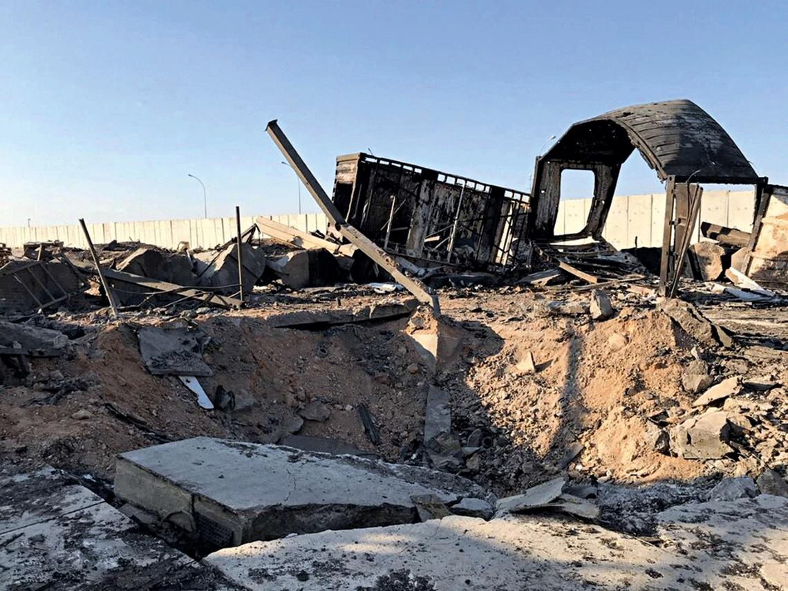 Rezultat upadku części bojowej irańskiego pocisku rakietowego Qiam lub Fateh-313/Zolfaghar wbazie lotniczej Ain al-Asad na terenie Iraku.