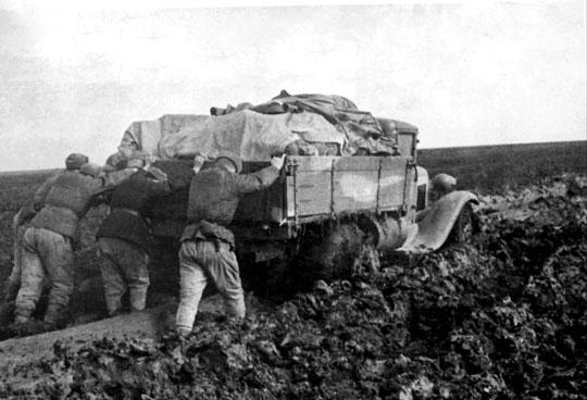 Czerwonoarmiści i samochód ciężarowy GAZ-AA w walce z błotem na drodze do Krzywego Rogu.
